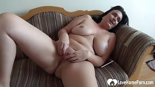 Mommy babe pleasures herself while being recorded